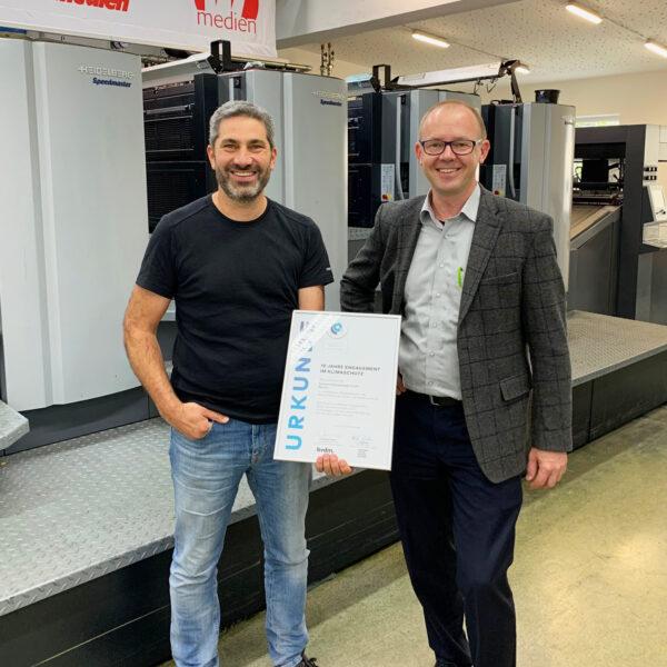 Chef Mit Urkunde Wiesendanger medien Druckerei 10 Jahre Klimaschutz